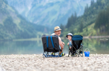 Vater und Sohn und zwei besondere Stühle