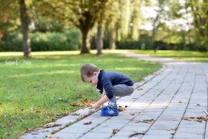 Im Herbst trägt der Minimann die Wooopsbux