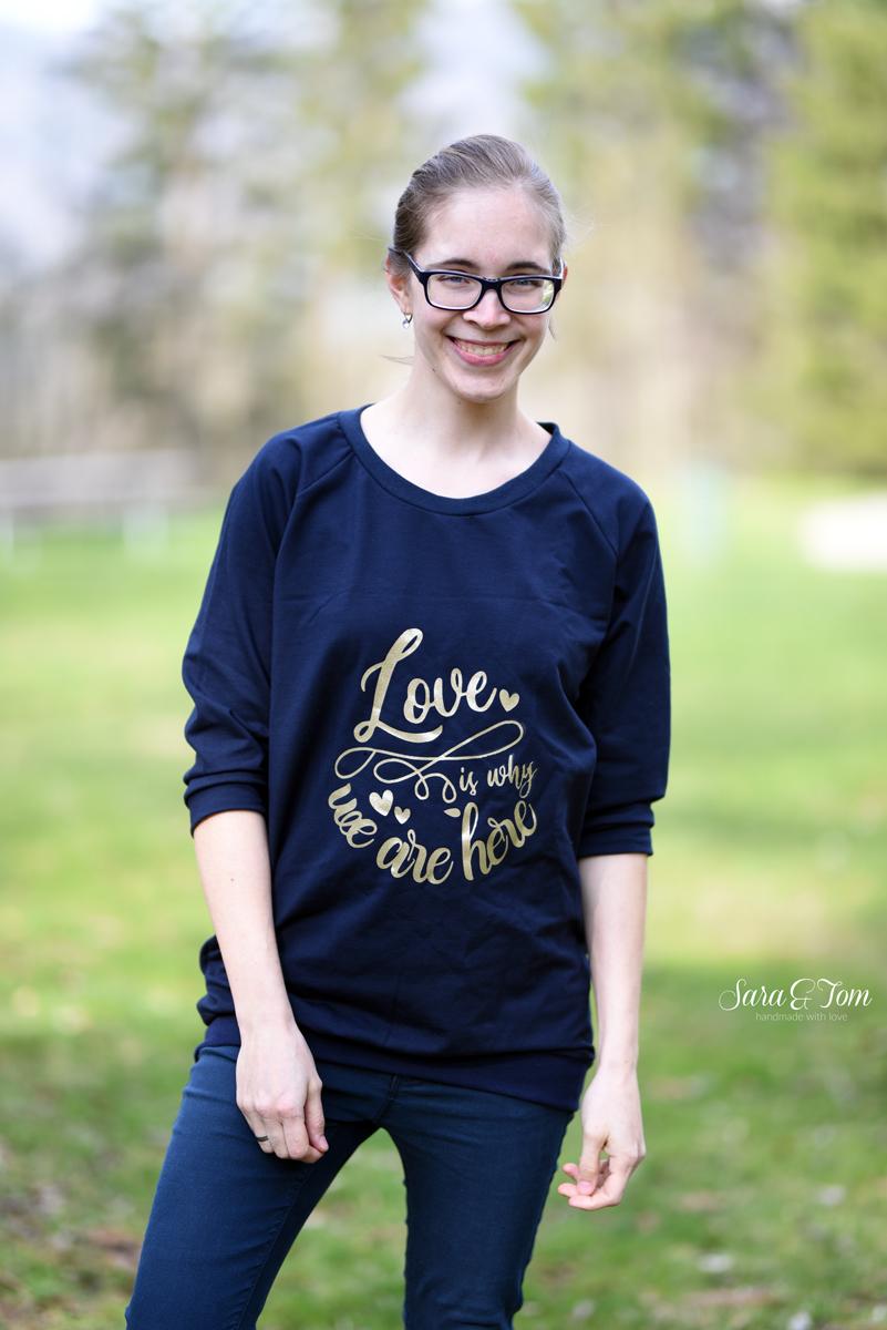 Ein goldener Plott und ein dunkelblaues Shirt